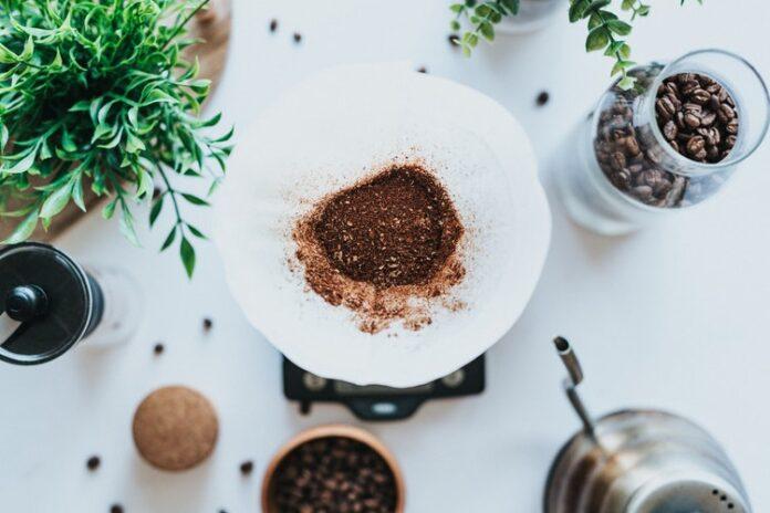 Come usare i fondi di caffè in casa
