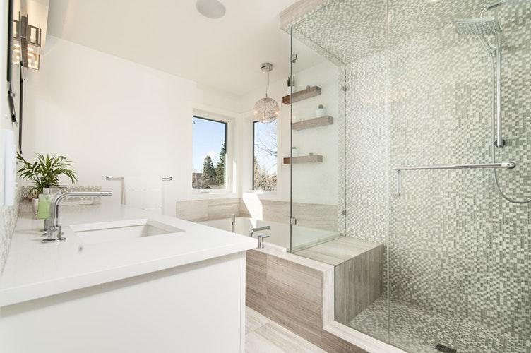 Come pulire il box della doccia? 4 semplici soluzioni fai da te per eliminare il calcare