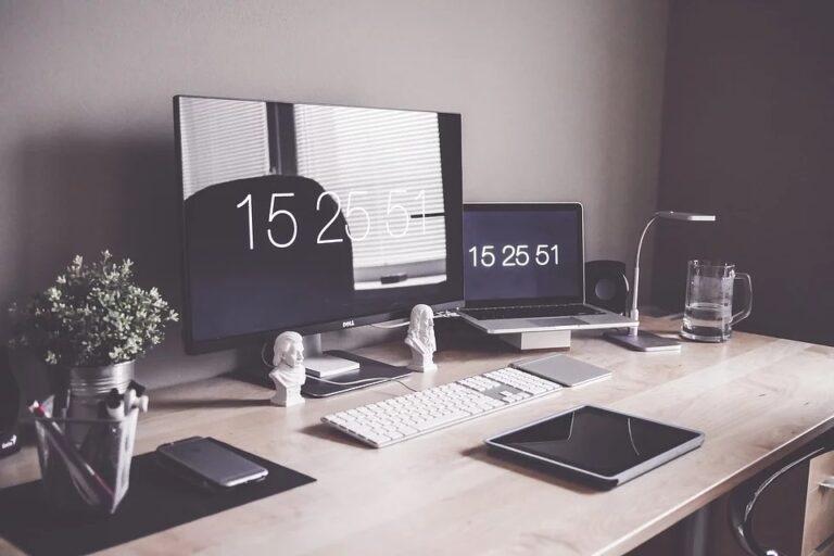 Arredo ufficio: come scegliere la giusta scrivania da lavoro?